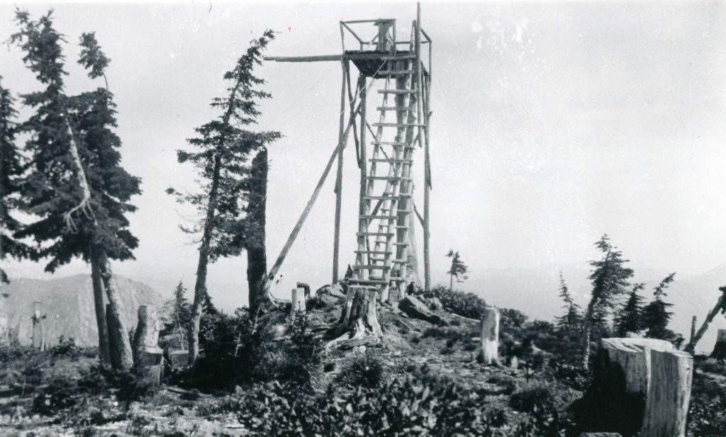 Scurvy Mountain Platform Lookout in 1926. Cecil Sanford photograph, USFS Collection.