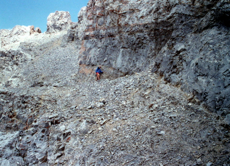 The traverse from the west summit to the south summit descends along the base of the west summit by following the top of a talus heap.